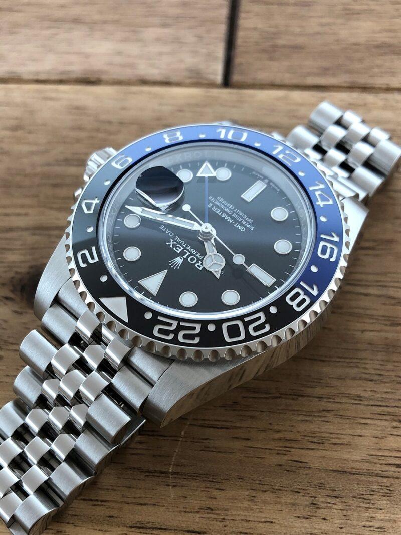 ロレックス GMTマスター2 Ref.126710BLNR SS 青黒ベゼル 未使用 の11時側から文字盤の画像。