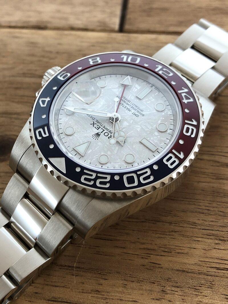 ロレックス GMTマスター2 126719BLRO WG メテオライト 未使用 の11時側から文字盤の画像。
