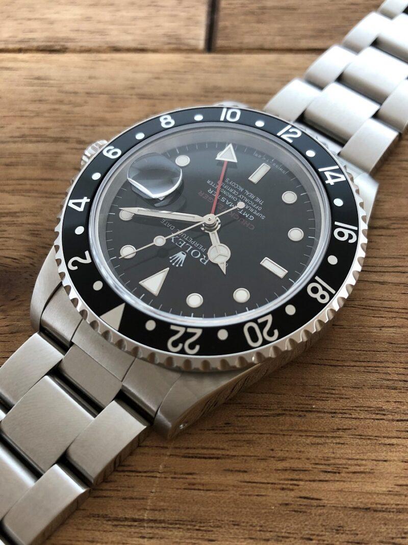 ロレックス GMTマスター 16700 U番 ザ・リアルマッコイズ 限定50本 11時側から文字盤の画像。